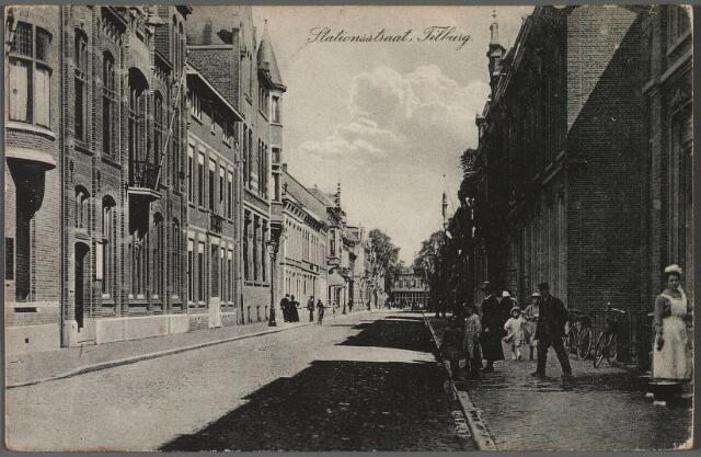 010743 - Stationstraat richting station. Links de panden (v.l.n.r.) 45, 43 en 41. In nr. 41, met torentje) zat de 'Geldersche Credietvereeniging'.  Daarnaast, op nr. 43 oogarts Napoleon F.C.J. Sassen, geboren te 's-Hertogenbosch op 15 maart 1876. In 1936 verhuisde hij naar Den Haag. De nieuwe bewoner van het pand was neus-, keel- en oorarts Cornelis L.M. Enneking, geboren te Tilburg op 5 januari 1902. Het volgende pand, nr. 45, huisvestte het kantoor van de Rijks Belastingen, voor 1902 gevestigd aan de Zomerstraat, en het kantoor Registratie en Domeinen. In juli 1942 werden deze kantoren verplaatst naar de Stationsstraat nr. 24, waarna het gebouw in beslag werd genomen door de Duitse Weermacht. Na de oorlog werd het gebruikt door de geallieerden, vervolgens zat er het Bureau Woningbeheer, het Huisvestingsbureau en het Bureau Statistiek.  Geheel rechts een dienstbode.