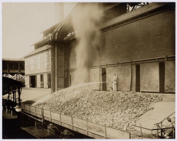 104171 - Energievoorziening. Gas- en Electriciteitsbedrijf (GEB). De bouwwerken voor de electriciteitsfabriek naast de gasfabriek zijn in volle gang en daarmee ontstaat het GEB , het gas- en electriciteitsbedrijf. Op 24 juni 1911 kan de levering van electriciteit plaatsvinden. In september 1954 wordt de electriciteitsproductie overgedragen  aan de PNEM; na 1958 is de centrale in Tilburg ontmanteld en gesloopt; Bij de komst van het aardgas verdwijnt ook het gasbedrijf.  Blus-vloer