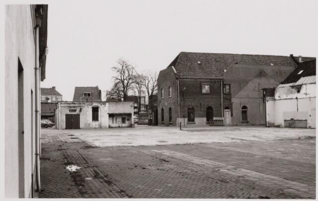 049413 - De textielfabriek Beka sloot in 1968 haar poorten, waarna de gemeente Tilburg in 1976 eigenaar werd van het complex. Hiertoe behoorden de voormalige lancierskazerne (op de achtergrond) en de voormalige stallen (links en rechts op de foto). In 1986 viel het besluit om de voomalige stallen, inmiddels beschermd monument, om te bouwen tot nieuw onderkomen van het gemeentearchief, dat in 1988 werd geopend. Het binnenplein, waaronder de depots van het archief, kreeg de naam Kazernehof.