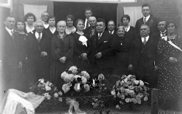 065753 - Het bruidspaar Michael A.A. van Belkom en Philomena J. Ligtvoet met familie.