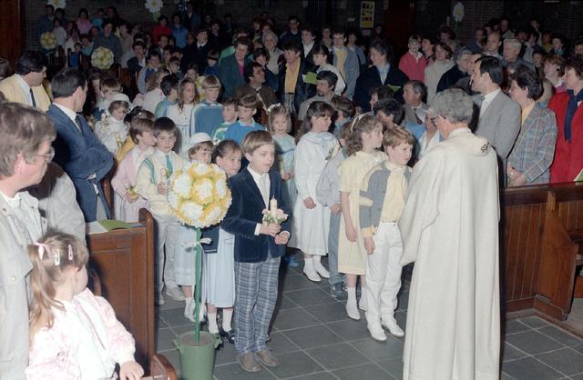 655267 - Viering van een eerste communie in de Sacramentskerk Tilburg op 20 april 1986.