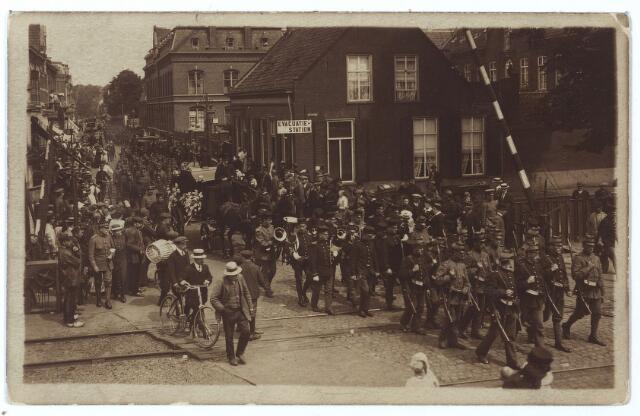 000537 - Spooroverweg bij de Gasthuisstraat tijdens de Eerste Wereldoorlog. Het spoor wordt gepasseerd door de begrafenisstoet van sergeant J.A. Diemel, die bij een ongeluk om het leven kwam.