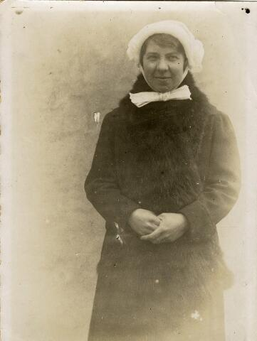 092325 - Martina Wilhelmina Pijnenburg geboren te Udenhout op 16 juni 1905, dochter van Martinus Pijnenburg en Johanna Versteden. Zij trouwde met Theodorus Rooymans. Op de foto is zij in klederdracht.