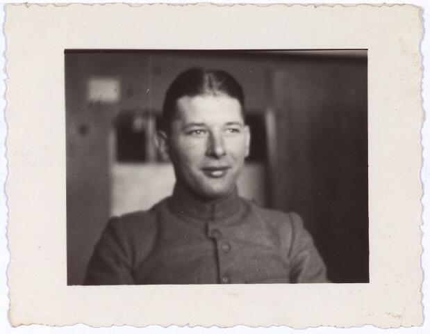 013720 - WO2 ; WOII ; Tweede Wereldoorlog. Verzet. De in Tilburg gemobiliseerde Limburger Harrie Tobben in 1940. Later zat hij als verzetstrijder ondergedoken bij Coba Pulskens