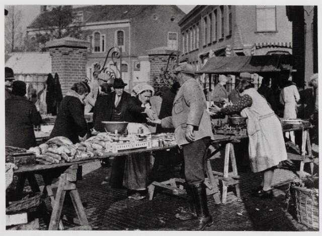 040692 - Vrijdagse Vismarkt bij het Willemsplein.