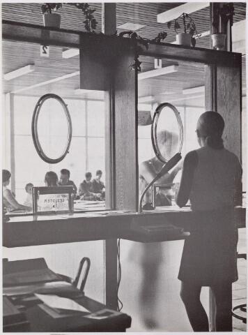 041921 - Gezondheidszorg. Ziekenhuizen. Receptie van de polikliniek in het Maria Ziekenhuis, nu Tweestedenziekenhuis
