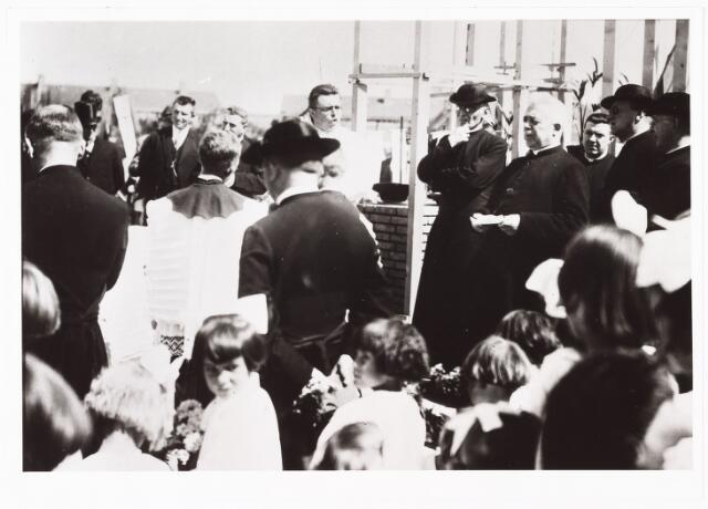 009766 - Eerste steen legging door pastoor M. Smits bij de R.K. H.H. Antonius en Barbarakerk  parochie Groeseind.
