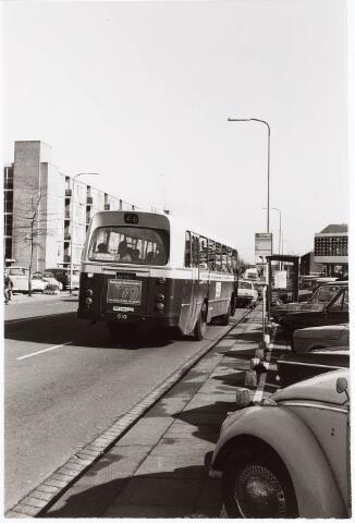 032782 - Statenlaan met rechts de bushalte  met voorbijrijdende BBA-bus