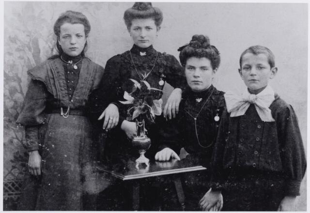 046181 - Van links naar rechts Gabriëlla Maria van der Weegen, geboren te Goirle op 13 maart 1895 en overleden te Turnhout op 26 maart 1949 (zij trouwde met Guilhelmus Melis), Klara Elisabeth van der Weegen, geboren te Goirle op 30 juli 1893 en aldaar overleden op 3 december 1986 (zij trouwde met A.F.C. Boomaars), Maria van der Weegen, geboren te Goirle op 23 maart 1892, overleden te Tilburg op 16 juli 1980 (zij trouwde met A.J.C. v.d. Ven en H.J. Hamers), en Henricus van der Weegen, geboren te Goirle op 16 juli 1898 en aldaar ongehuwd overleden op 23 juni 1938.