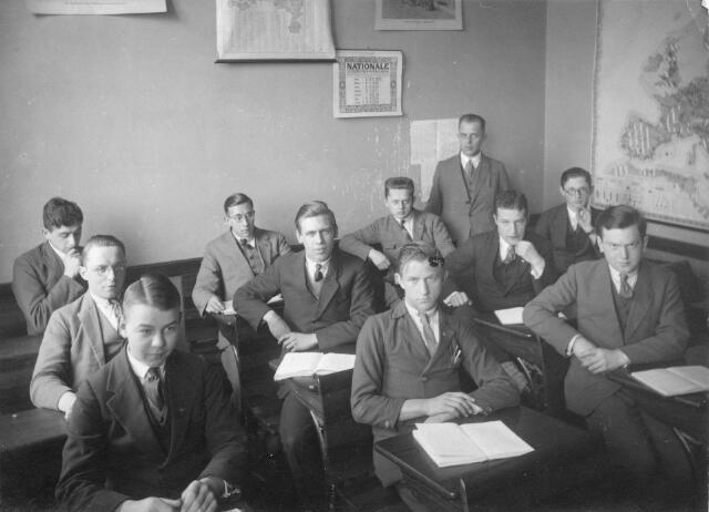 066347 - Onderwijs. Klas r.k. Handels Hogeschool aan de Bosscheweg (later leergangen aan de Tivolistraat). Op de achterste rij geheel links Ludovicus Ferdinand (Louis) Arons, geboren te Venlo op 21 november 1908.