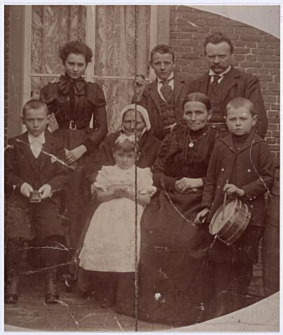 012124 - De familie Ooms-Backx uit Tilburg rond 1898/99. Eerste rij v.l.n.r. Bernardus J.H. Ooms (1887-1954); in het wit Anna Maria Ooms (1894-1983); grootmoeder Johanna van den Berg, grootmoeder van vaders zijde (1819-1899), getrouwd met Petrus A. Ooms (1820-1905); moeder Cornelia F.H. Backx (1850-1913), in 1876 getrouwd met Franciscus Leonardus Ooms (1850-1913) die rechtsboven op de foto staat; met trommel Johannes Baptista Ooms (1890-1920). Staande v.l.n.r. Josephina J.F. Ooms (1879-1965); Petrus J.B. Ooms (1883-1966) en vader Franciscus L. Ooms.