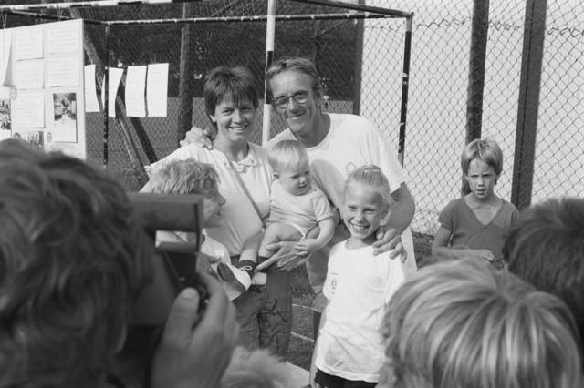 TLB023002451_001 - Moeder met haar kinderen samen met Freek de Jonge op de foto
