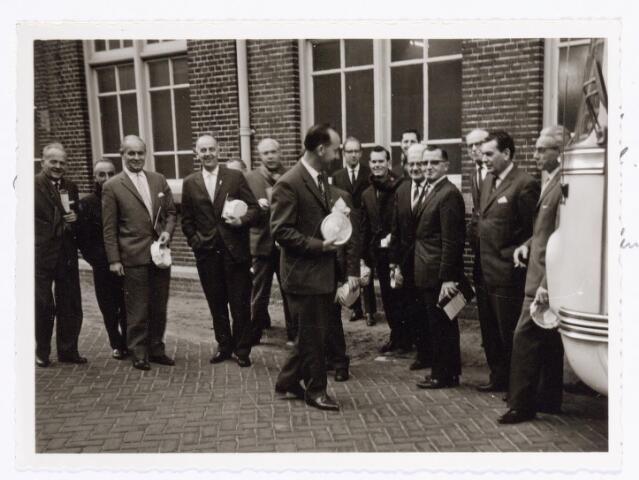 039368 - Volt, Noord. Technische Afdeling, Gereedschapmakerij. Uitstapje van het leidinggevend personeel van de Gereedschapmakerij naar de Verenigde Blikfabrieken in Tiel omstreeks 1967. Op de foto v.l.n.r.: Hermans, van Dongen, van Boxtel, Hagens, Dijks, van Corven, van Gestel, Hermans, de Brouwer, van Abeelen, Dalderop, Geux, Merkxs en van de Schoot.