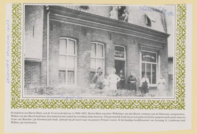 079590 - De bakkerij van Harrie Haen- van de Voort in de tijd rond 1921. harrie haen was door Wilhelmus van den Bosch, rentenier aan de Slimstraat, aangenomen. Willem heeft later deze bakkerij met winkel en woonhuis laten bouwen. oorspronkelijk heeft dit perceel behoord bij het aangrenzend pand waar nu Toon van beurden zijn bloemenzaak heeft, alsmede bij de kavel waar nu pastoor Prinsen woont. In het huidige hoofdkwartier van Scouting St. Lambertus had Willem zijn leerlooierij.