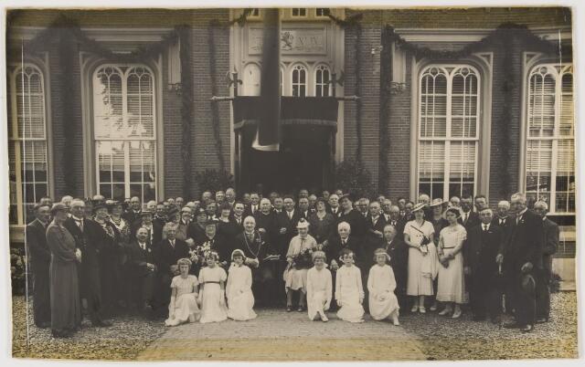 080261 - Vermoedelijk het 25 jarig bruiloftsfeest van de heer en mevrouw de Klerk in 1932 (getrouwd in Halsteren in 1907). Of mogelijk de installatie van burgemeester De Klerk in Udenhout in 1936.