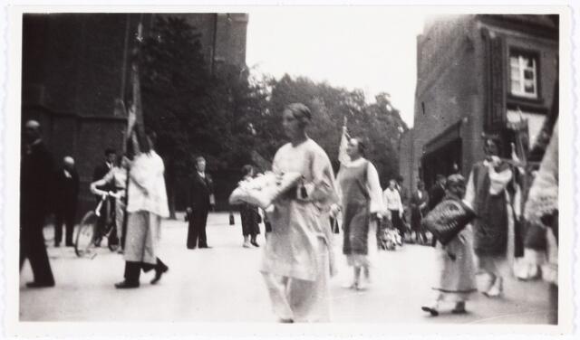 008871 - Bedevaart Tilburg-Kevelaer, 1935. bruidsmeisje met kussen mevr. R. Vos.