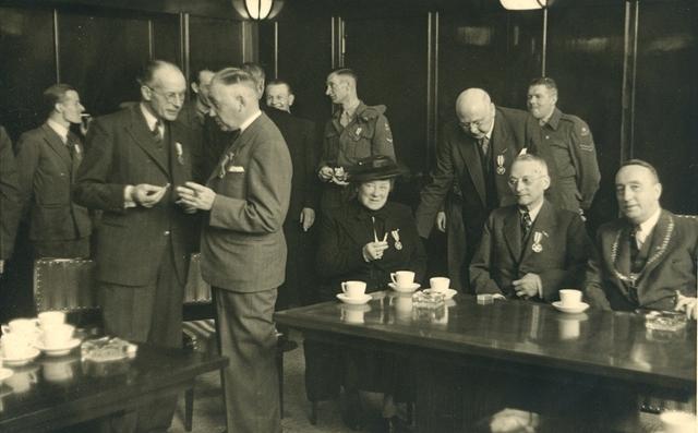 1696077 - Het Nederlandse Rode Kruis afdeling Tilburg. Feest vergadering in het Paleis-Raadhuis met uitreiking van het herinneringskruis 1940-1945 op 9 mei 1950.