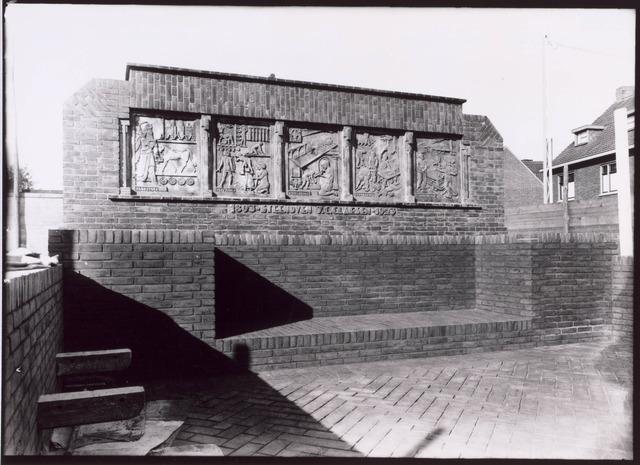 022364 - Openbare bank op het plein voor de Hoefstraatse kerk, aangeboden door steenfabrikant Claesen. Het ontwerp van Jan van der Valk toont de ontwikkeling van de steenbakkerij door de eeuwen heen