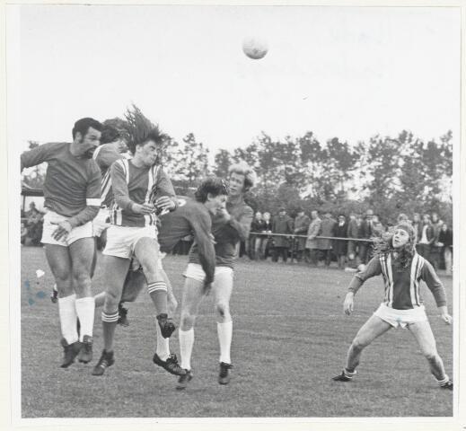 90453 - Made en Drimmelen. Voetbal Raamsdonk-Madese Boys 0-1. Op de foto vlnr:  Leo Ligtvoet, Nico (van) Mook met rugnummer 6, Ad Prinse. Spelers van Raamsdonk onbekend.