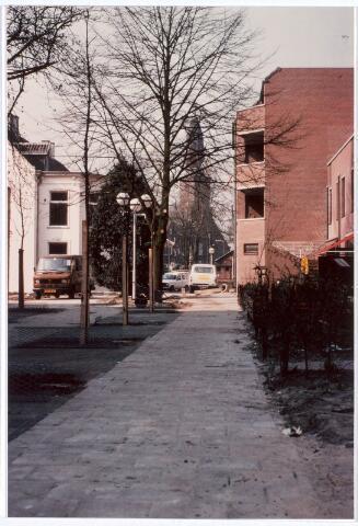 017029 - Achterzijde van het Calandhof (rechts) in de richting van het Korvelplein, met op de achtergrond de parochiekerk