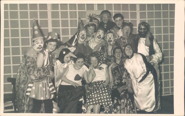 651844 - Tilburg. Een groep clowns - waarschijnlijk van een opvoering op een school
