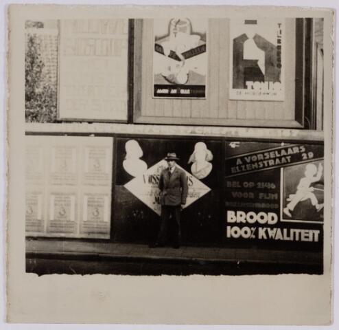 049724 - Schutting met reclameborden op de hoek Heuvel-Tuinstraat.