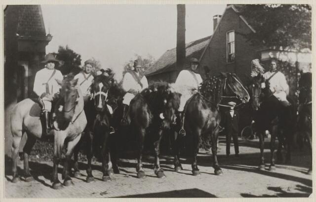 058752 - Regeringsjubileum Wilhelmina. Herauten te paard. 2e van links Cees Verhagen Gzn..