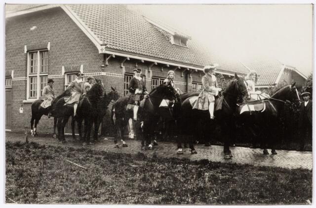 048892 - Optocht ter gelegenheid van de kroningsfeesten bij het 25-jarig jubileum van koningin Wilhelmina (1923-1924) ruiters verzamelen zich op de Kromhout kazerne te Tilburg.