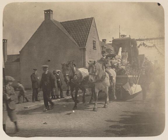 100198 - Huis van Oranje. Praalwagens tijdens het regeringsjubileum.