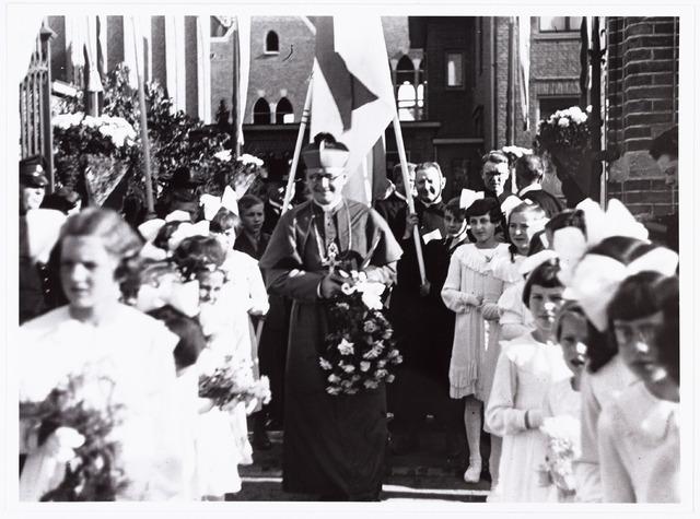 007620 - Bisschopswijding Mgr J.F.M. Pessers, pastorie Goirke. Mgr Pessers is geboren 5 februari 1896, gestorven 3 april 1961.