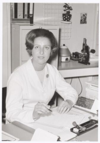 039400 - Volt, Zuid, Hulpafdeling, Medische Dienst, Verbandkamer. Zuster Pessers, bedrijfsverpleegkundige bij Volt. Heeft eerst enkele jaren bij Volt in Oosterhout als zodanig gewerkt en per 1 januari 1967 de taak van zuster v.d. Bogaert in Tilburg overgenomen. Zuster v.d. Bogaert ging toen met pensioen.