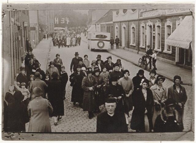 100213 - Processie in Kevelaer; achterste man met hoed is de heer Nicolaas Boerkens, rentenier, gehuwd met Engelina van  der Maden.