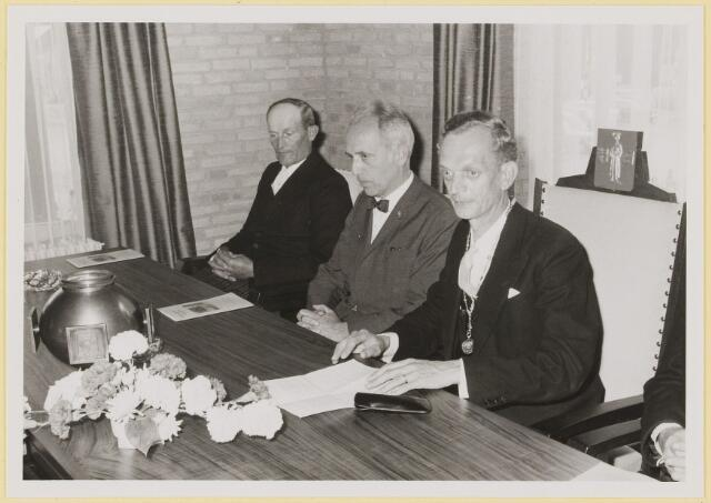072951 - Opening gemeentehuis door de Commissaris van de Koningin Kortmann.  Bijzondere raadsvergadering. Aanvang dankwoord door de burgemeester.