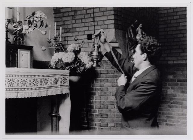 042006 - Ziekten. Pokken. Epidemieën. Quarantaine van besmette personen in het Cenakel tijdens de pokkenepidemie in 1951. Een patiënt fungeert hier als misdienaar.