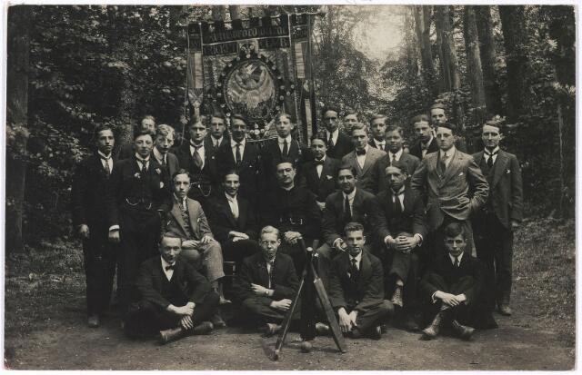 005242 - Leden van de cricketclub van het Sint Willebrorduscollege, onder andere pater George Mutsaerts, zittend 2e van links.