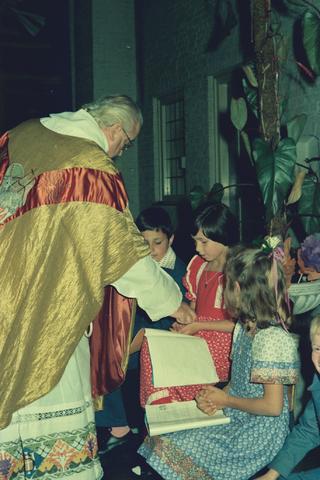 1237_012_978_013 - Religie. Kerk. Katholiek. Communicanten. De eerste Heilige Communie in de Sint Lidwina parochie in mei 1976.