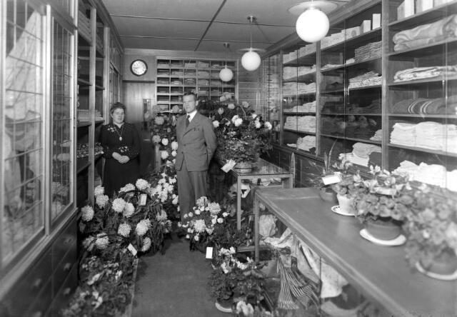 650515 - Schmidlin. Bloemenzee ter gelegenheid van de opening van een manufacturenzaak rond 1950.