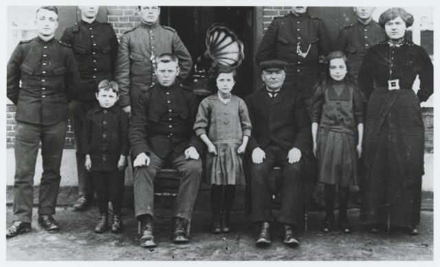 056320 - Inkwartiering van Nederlandse militairen in Goirle tijdens de Eerste Wereldoorlog. Zittend rechts Jan Dirken geboren te Hoogeloon op 4 januari 1851 en overleden te Goirle op 17 december 1932.