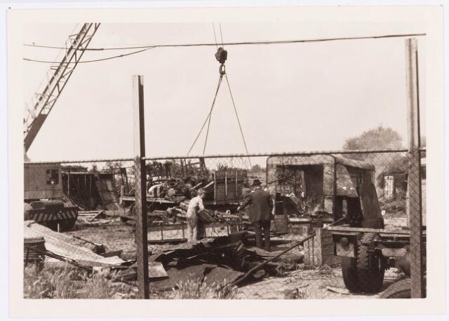 034492 - Lijnsheike 223 en 225. Op het laatste adres was gevestigd de fabriek van F.J.M. Vorselaars (ruwijsfabrikant); de sloop van de fabriek van F.J.M. Vorselaars (ruwijsfabrikant) in volle gang. Thans heet dit deel van de straat Von Weberstraat. De meeste huizen aan het Lijnsheike zijn inmiddels gesloopt