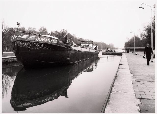 034781 - Een binnenschip passeert sluis III in het Wilhelminakanaal
