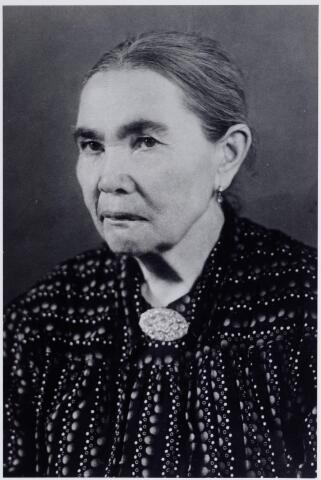 046194 - Cornelia Bekkers, geboren te Goirle op 28 november 1872. Zij trouwde aldaar op 14 april 1894 met wever Cornelis van der Zande en na diens overlijden met Franciscus Adriaansen. Zij woonde o.a. in Viersen (D) en Tilburg. Zij overleed in het Adrianusgesticht te Hilvarenbeek op 5 december 1951.