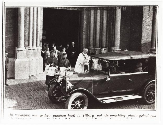 008986 - Ook te Tilburg is een Broederschap van St. Christoffel opgericht en worden elk jaar de motorrijtuigen gezegend door pastoor Aelen parochie Koningshoeven (voor de St. Jozef kerk aan de Heuvel)  Reproductie uit Brabantse Illustratie