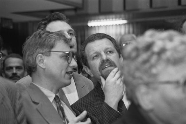 TLB023002723_001 - Heren Luijendijk en Dijkstra in gesprek tijdens de raadsverkiezing van 21 maart 1990.