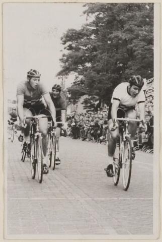 083343 - Wielerronde Acht van Chaam: midden Tiny van Hasselt uit Roosendaal, in 1965 de winnaar bij de nieuwelingen.