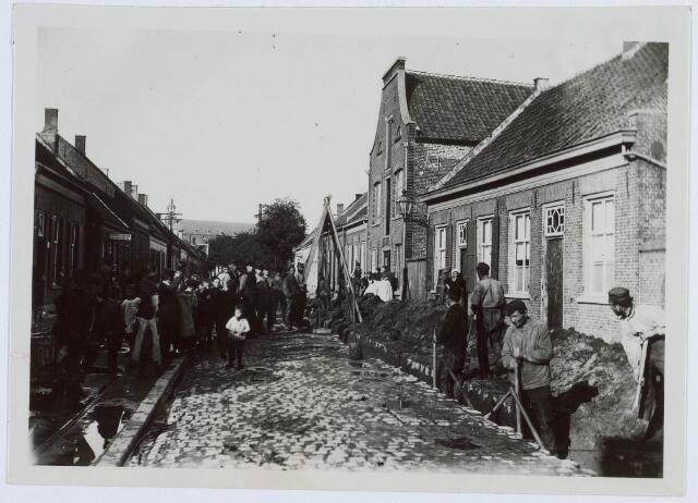 019211 - Aanleg van een waterleiding in de Goirkestraat omstreeks 1900. Op de achtergrond de parochiekerk met nog het originele torentje