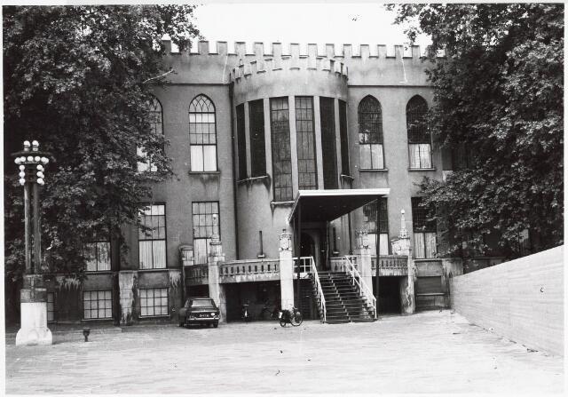 032587 - Om bij het paleis raadhuis aan het Stadhuisplein te komen moest wegens de nieuwbouw aan noordkant een ingang gemaakt worden