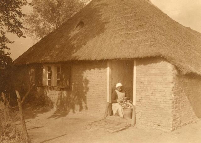 600845 - Het huisje van Piet den Otter, Kraanven, afgebroken in 1935, met zijn vrouw in de deuropening.  Kasteel Loon op Zand. Families Verheyen, Kolfschoten en Van Stratum