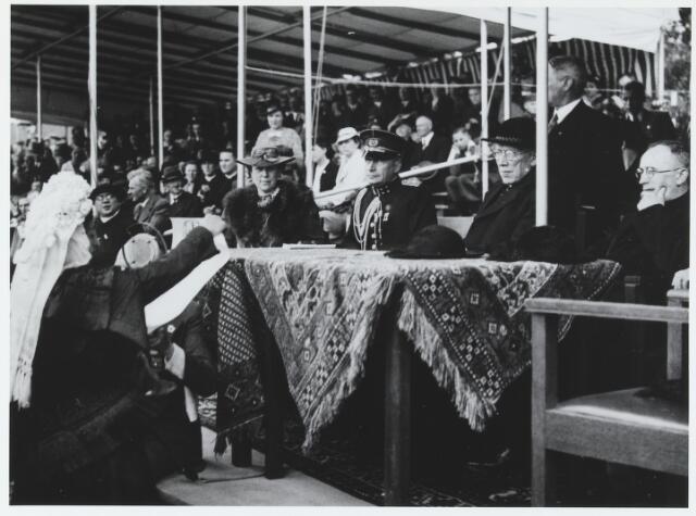 055750 - Sport. Ter gelegenheid van de viering van het tweede lustrum van de bond van landelijke rijverenigingen van de NCB werd te Hilvarenbeek in juli 1938 een groot ruiterfeest georganiseerd.Onder de aanwezigen, mgr. Diepen, baron van Voorst tot voorst.