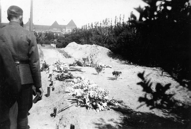 """830009 - WO2: WOII; Tweede Wereldoorlog. Oorlogsjaren. """"Het graf der 7 doden"""" Begraafplaats Jaffa te Delft."""