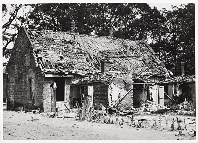 013448 - WOII; WO2; Tweede Wereldoorlog. Oorlogsschade. Vernielingen. Beschadigd huis aan de Bosscheweg tegenover houthandel Key. De schade werd veroorzaakt door het opblazen  van de nabijgelegen spoorbrug over het Wilhelminakanaal halverwege mei 1940
